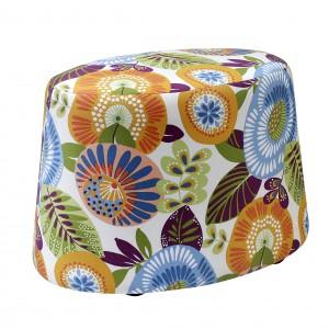 Kolorowy puf Nap wykończony jest tkaniną w wielobarwne kwiaty. Ożywi każde wnętrze. Może służyć jako mebel do siedzenia, podręczny stolik, jak również podnóżek. Fot. Swarzędz Home