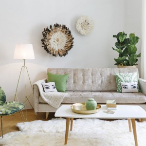 Fotel Beetle tapicerowany jest tkaniną z modnym motywem tropikalnym. Doskonale ożywi wnętrze i nada mu naturalny styl. Fot. Westwing.pl