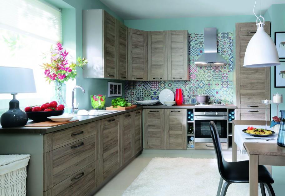 Kuchnia Repaso. Dekory drewna na frontach sprawiają, że kuchnia wygląda bardzo przytulnie. Fot. Black Red White