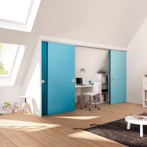 Miejsce pod wnękami możemy zaaranżować także na domowe biuro. Fronty szafy możemy wykorzystać jako element dekoracyjny wnętrza. Fot. Raumplus