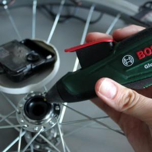 Nakrętkę od słoika zamocuj do mechanizmu zegara. Na nakrętce umieść wskazówki. Całość przyklej akumulatorowym pistoletem do klejenia Bosch GluePen do środkowej części koła. Fot. Bosch