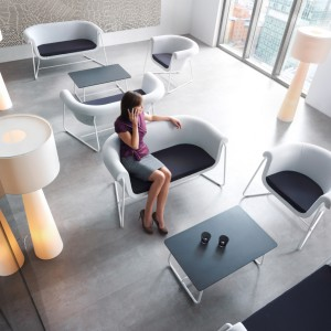 Fotele i sofy Hover doskonale pasują do nowoczesnych wnętrz biurowych. Fot. Profim