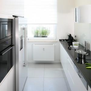 Przewaga bieli z odrobiną czerni to dobra kolorystyka do wąskiej kuchni. Projekt Anna Maria Sokołowska. Fot. Bartosz Jarosz