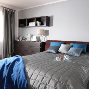 Komoda ustawiona przy łóżku może pełnić rolę szafki nocnej. Fot. Dekoria.pl