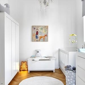Białe meble sprawiają, że pokój dziecka jest jasny i świeży. Fot. Pinio