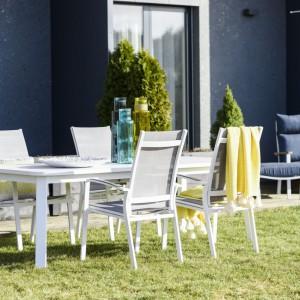 """Krzesła z linii mebli ogrodowych """"Laura:"""" (Miloo) zostały wykonane z texteline i aluminium. Fot. Miloo"""
