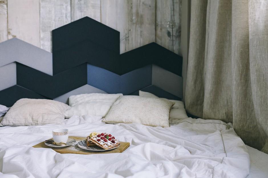 Sypialnia z geometrycznym zagłówkiem w różnych odcieniach koloru niebieskiego. Fot. Interiors Design Blog