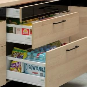 Szafki kuchenne mogą zostać zastąpione funkcjonalnymi i komfortowymi w codziennym użytkowaniu szufladami. Fot. Kam