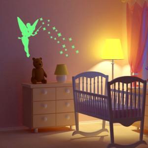 Naklejka świecąca Fanastick Fairy będzie ozdabiać pokój dziecka nocą. Fot. Bonami.pl