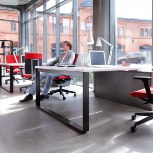 Czerwień jest dominująca. Warto stosować ją jedynie w dodatkach, np. jako obicie krzeseł. Fot. Everspace