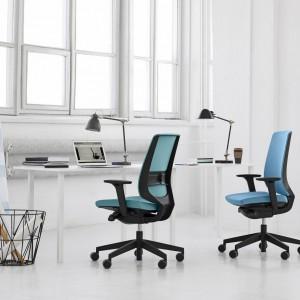 Krzesła tapicerowane to najprostszy sposób na wprowadzenie co biura koloru. Fot. Everspace