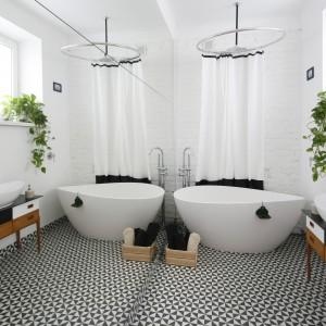 Lustro na jednej ze ścian optycznie podwaja wielkość pomieszczenia kąpielowego. Biel na ścianach dodatkowo potęguje ten efekt. Projekt: Ewelina Pik. Fot. Bartosz Jarosz