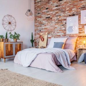 Sypialnia w industrialnym stylu będzie nie tylko modna, ale i przytulna. Fot. Janpol