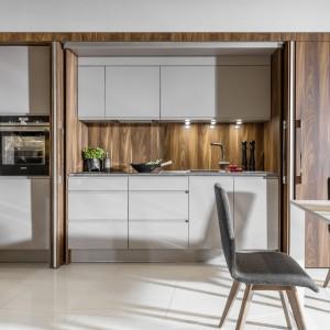 Hawa to meble kuchenne ukryte za drzwiami z obrotowo-wysuwnym systemem mocowania. To doskonałe rozwiązanie do małych wnętrz i minimalistycznych aranżacji. Fot. Atlas Kuchnie