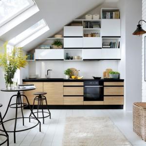 Kuchnia Senso Kitchens w połączeniu bieli na wysoki połysk i jasnego dekoru drewna. Fot. Black Red White