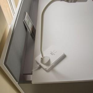 Biurko Pin Desk ma również możliwość dyskretnego schowania kabli. Fot. Tobo