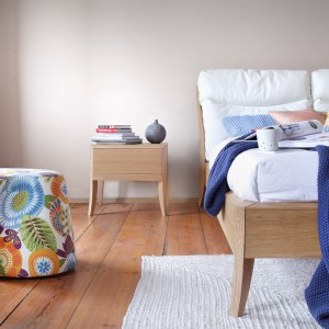 Na pozór bardzo proste łóżko i szafka nocna nabierają charakteru dzięki delikatnie wygiętym nóżkom. Fot. Swarzędz Home
