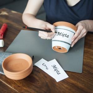 Ołówkiem obrysowujemy kontury kolejnych liter, tak żeby dobrze odcisnęły się na doniczce. Gdy napis jest gotowy, możemy przystąpić do frezowania. Fot. Dremel