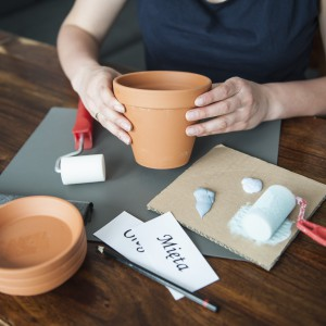 Przygotowujemy czystą i suchą doniczkę ceramiczną. Fot. Dremel