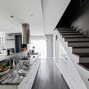 Poddasze towarzyszy zazwyczaj nowoczesnym mieszkaniom, dlatego najlepiej pasują do nich nowoczesne meble. Fot. Studio Max Kuchnie Bukowska