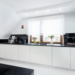 Nie da się ukryć, że najważniejszym elementem kuchni, która znajduje się na poddaszu jest okno. Światło dzienne wprowadzi do naszej kuchni świeżość i blask. Fot. Studio Max Kuchnie A&K