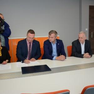 Podpisanie zezwolenia na rozbudowę zakładu przetwórstwa drewna Sklejka Pisz. Fot. W-MSSE