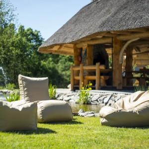 Pufy sprawdzają się również jako miejsca do siedzenia w ogrodzie. Fot. Pufy.pl
