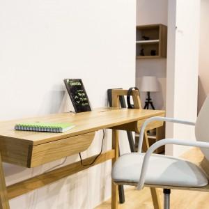 Zgrabne biurko Univers, z niewielkimi szufladkami. Fot. Paged