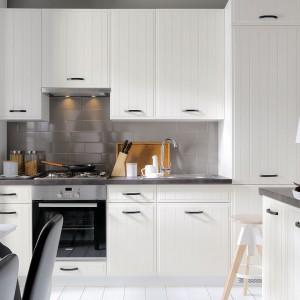 Biel jest nieodłączna cechą skandynawskiego minimalizmu. Na zdjęciu: kuchnia