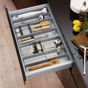 W szerokiej szufladzie oprócz sztućców zmieszczą się również przybory kuchenne. Utrzymanie porządku ułatwią specjalne organizery. Fot. Hettich