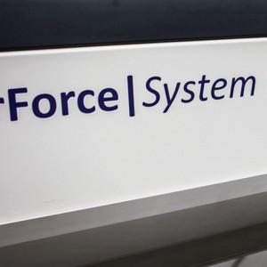 Okleiniarka pracująca w systemie Airforce. Fot. Calitan