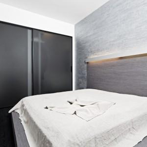 Minimalistyczna zabudowa wnęki w sypialni. Fot. GTV