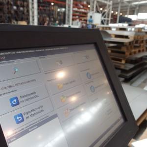 Ekrany dotykowe ułatwiają sterowanie produkcją mebli.