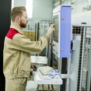 Ekrany dotykowe ułatwiają sterowanie produkcją mebli. Fot. Shutterstock