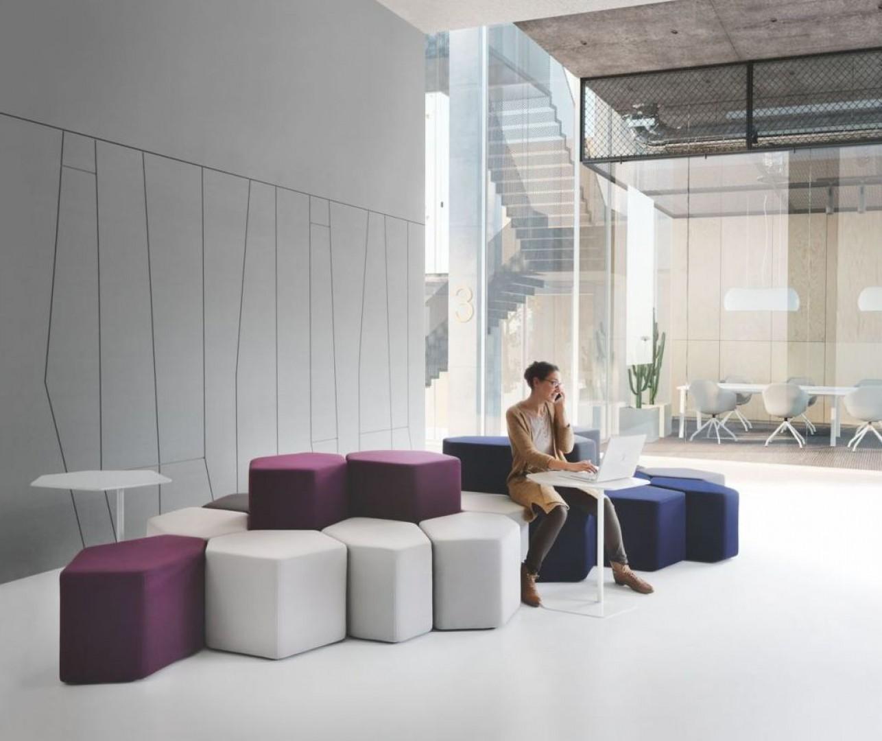 Siedziska typu sof seating Bazalto z oferty firmy MDD. Projekt: Andreas Krob. Fot. MDD
