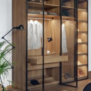 Szafa z drzwiami przesuwanymi RPS firmy Raumplus. Wewnętrzne oświetlenie ułatwia korzystanie z zawartości szafy. Fot. Raumplus