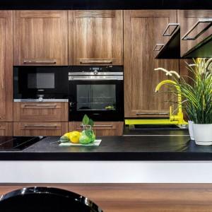 Wysoka zabudowa w kolorach naturalnego drewna. Fot. Studio Max Kuchnie