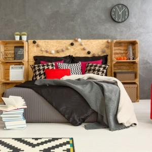 Do łóżka można dołączyć regał na książki i podręczne drobiazgi. Fot. Janpol