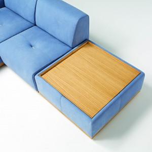 Decydując się na sofę ze stolikiem, można zaoszczędzić cenną przestrzeń. Fot. Egoitaliano