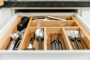 Organizery do szuflad - sposób na bałagan w kuchni