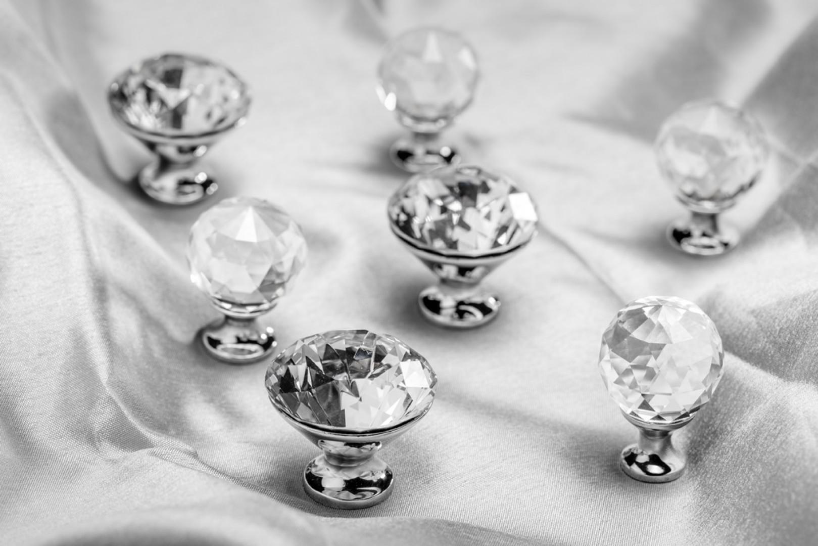Gałki meblowe zdobione kryształami. Fot. GTV