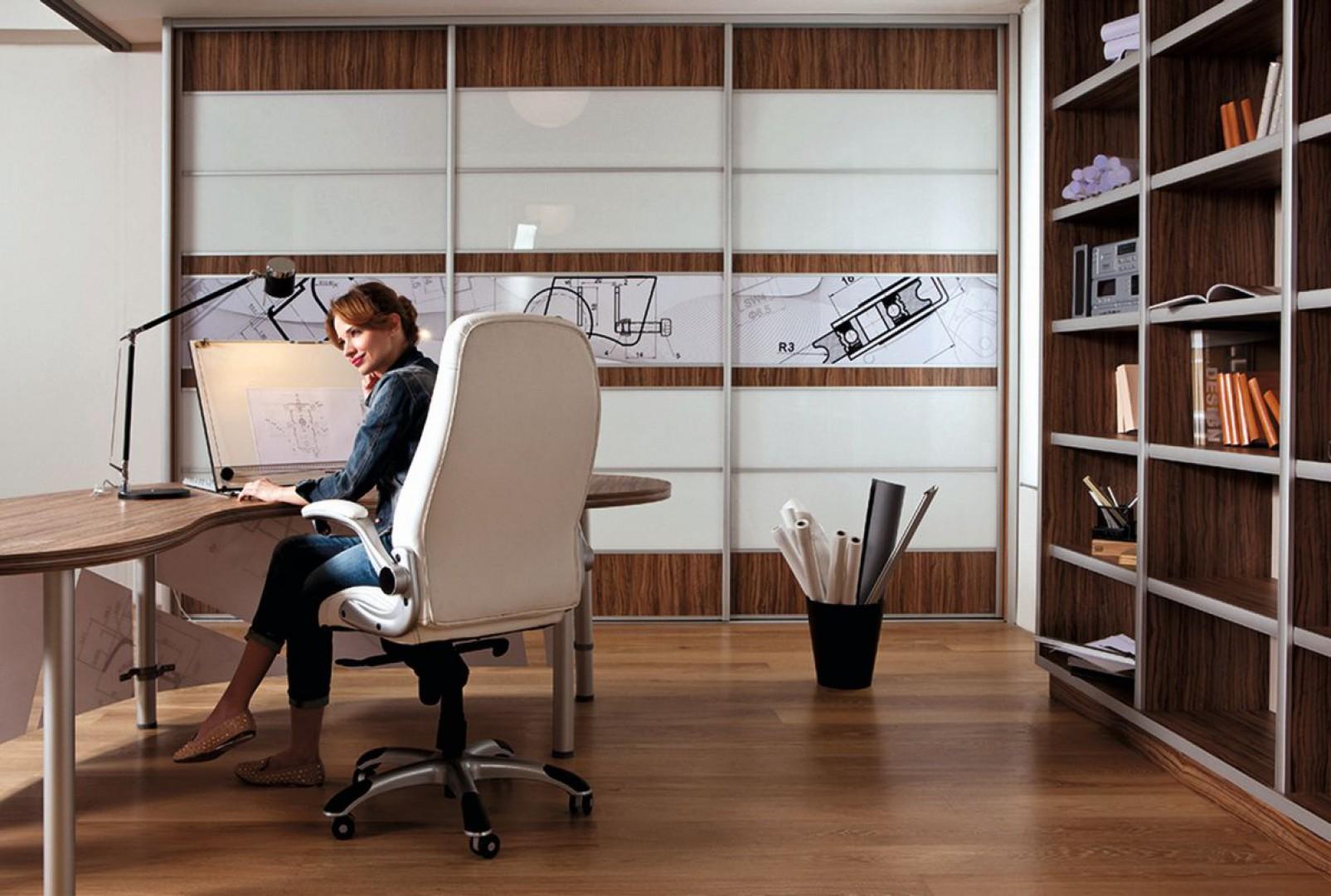 Drzwi przesuwne wykorzystywane są w szafach biurowych przeznaczonych do przechowywania dokumentów. Fot. Sevroll-System