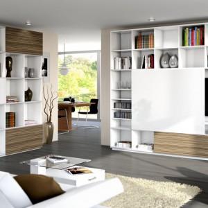 Zamiana dużych drzwi szafy na małe fronty przesuwne to sposób na ciekawe łączenie różnych kolorów, które urozmaicą wnętrze. Fot. Hettich