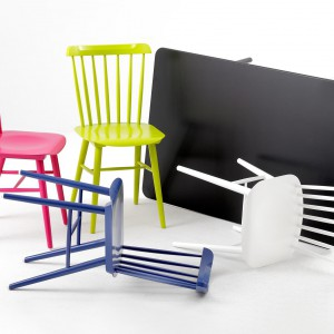 Kolorowe krzesła z kolekcji Ironica. Fot. TON