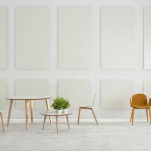 Krzesła i stół z serii