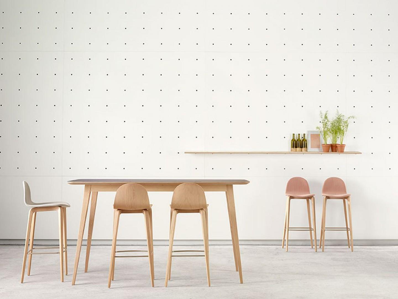 """Stołki barowe i stół z serii """"Bob"""" (projekt: Nadia Arratibel) hiszpańskiej marki Ondaretta. Fot. Ondaretta"""