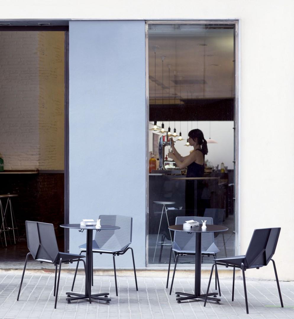 """Krzesła z serii """"Green Eco"""" hiszpańskiej marki Mobles114. Projekt: Javier Mariscal. Fot. Mobles 114"""