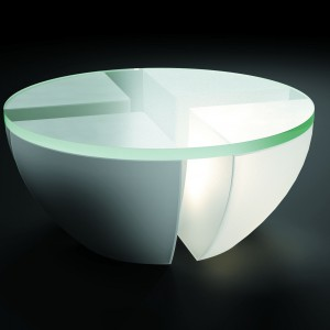 """Stolik """"Quatro"""", projektu Ryszarda Mańczaka został wykonany z betonu i zielonego szkła, dodatkowo podświetlony. Fot. Archiwum projektanta"""
