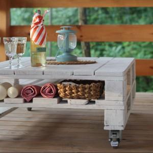 Projektanci chętnie wykorzystują materiały z recyclingu. Na zdjęciu – stół z drewnianych palet, projektu grupy Drewnolot. Fot. Drewnolot