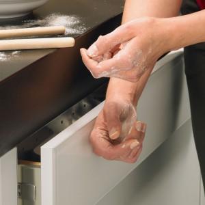 Aby nie zaburzyć jednolitej płaszczyzny, w miejscu tradycyjnych uchwytów meblowych stosuje się uchwyty frezowane lub systemy typu click. Fot. Hettich